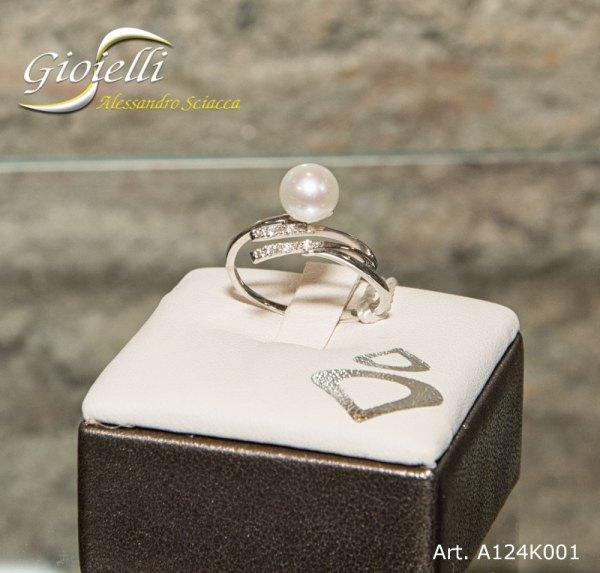 nello in oro bianco con perla naturale forma sferica e diamanti