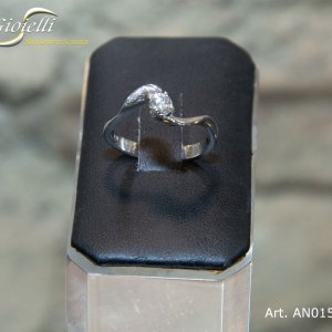 Anello solitario in oro bianco con diamante naturale
