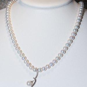 Collana in perle naturali con centrale in oro bianco e diamanti