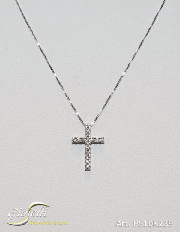 P510K239 - Collana in oro bianco con pendente a forma di croce di diamanti