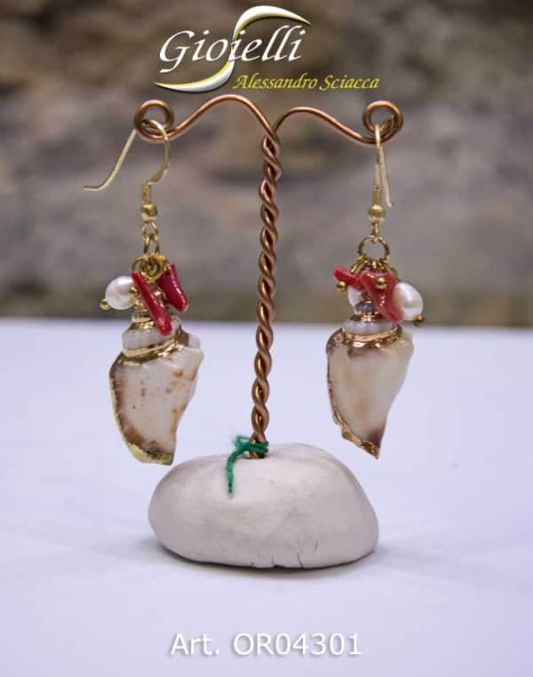 Orecchini in argento dorato, pendenti con rametti di corallo rosso naturale e conchiglia. Chiusura monachella ad amo