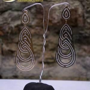 Orecchini pendenti in alluminio glitterato bicolore, chiusura a perno