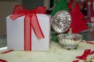Sfera Fabergè argentata con soggetti natalizi in vetro soffiato colorato e giochi di luce.