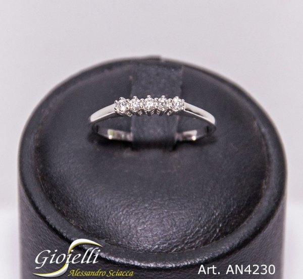 Veretta in oro bianco con cinque diamanti