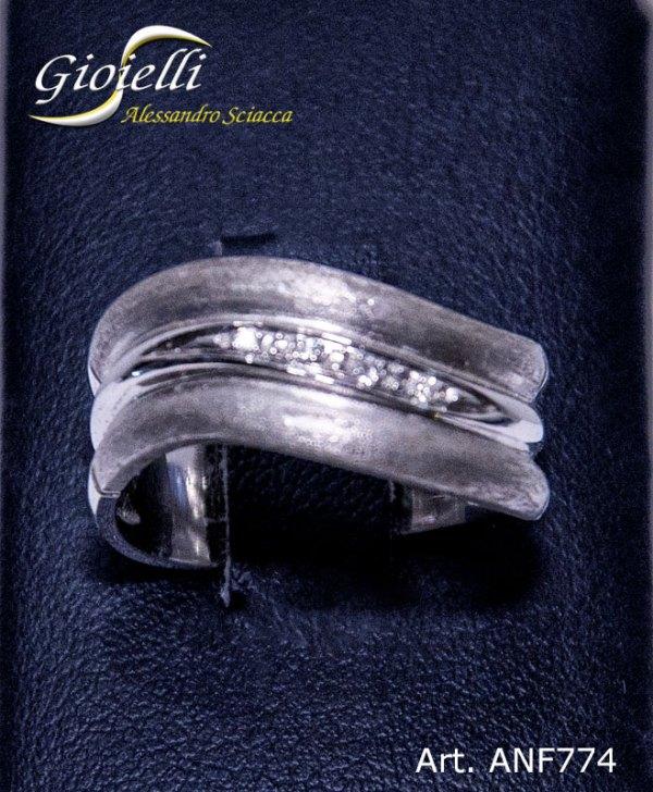 Anello a fascetta in oro bianco con finitura satinata e cinque diamanti centrali