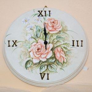 Orologio analogico su legno tondo dipinto a mano