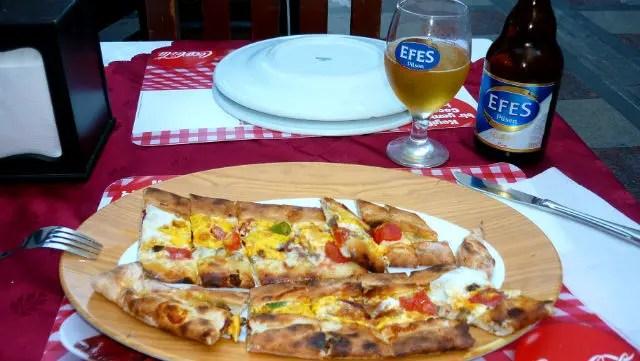 Pide, a pizza turca em Sultanahmet - Istambul (Foto: Esse Mundo É Nosso)