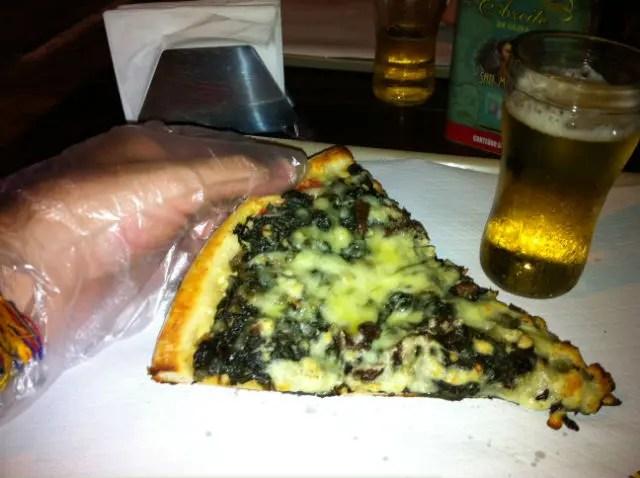 Pizza com luvas no Pizza no Pedaço (Foto: Esse Mundo É Nosso)