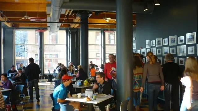Área do café da manhã no H.i. Chicago Hostel (Foto: Esse Mundo é Nosso)