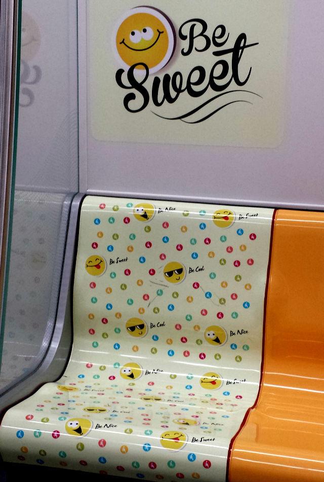 Plaquinhas fofas do metrô de Cingapura (Foto: Esse Mundo É Nosso)