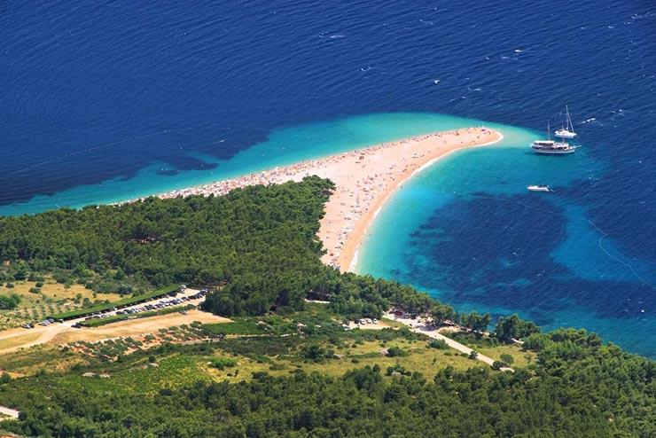 Zlatni Rat, a paradisíaca praia de Bol, na Croácia (Foto via Shutterstock)