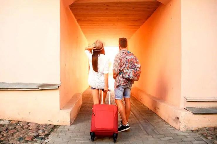 Viajar dá mais felicidade do que casamento (Foto via Shutterstock)