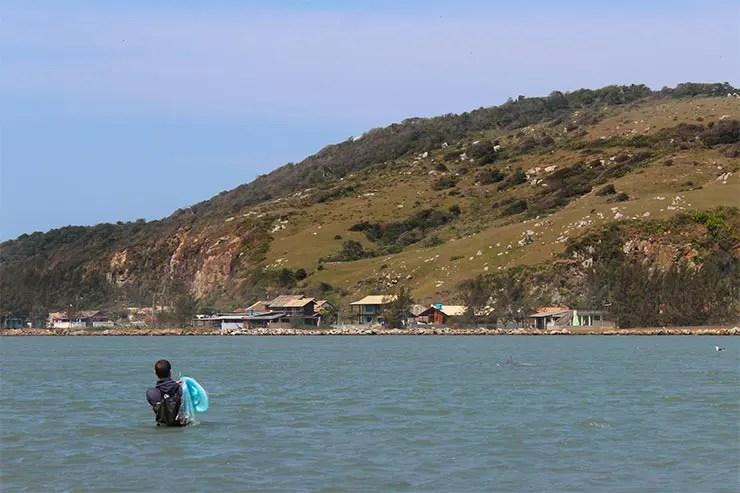 Pesca com botos na Ponta da Barra, em Laguna (Foto: Esse Mundo É Nosso)