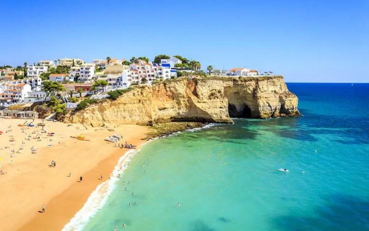 Melhores praias do Algarve, Portugal - Praia do Carvoeiro (Foto via Shutterstock)