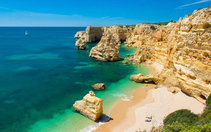 Melhores praias do Algarve, Portugal - Praia da Marinha (Foto via Shutterstock)
