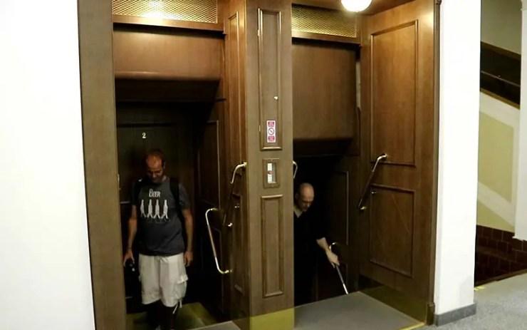 O elevador de Praga que não para nunca (Foto: Esse Mundo É Nosso)