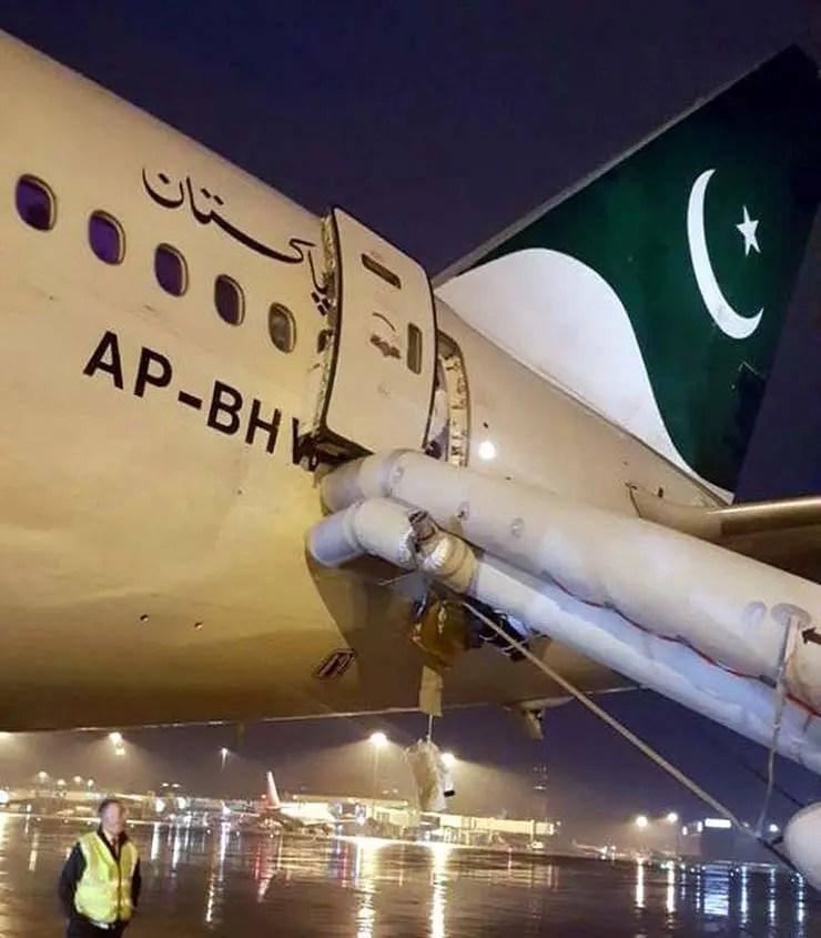 Avião da PIA com tobogã aberto após passageira confundir saída de emergência com porta do banheiro (Foto: Reprodução/@historyofpia1)