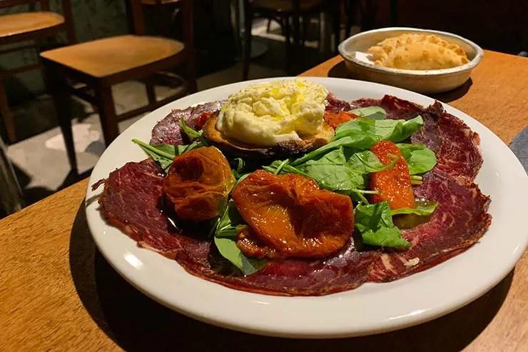 Burrata com tomate seco, rúcula e bresaeola no restaurante Perón Perón em Buenos Aires (Foto: Esse Mundo é Nosso)