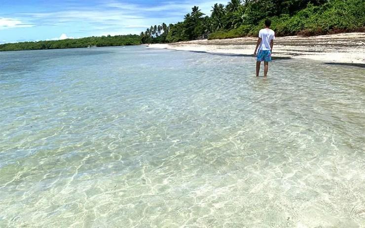 Caminhando na Praia do Bainema em Boipeba