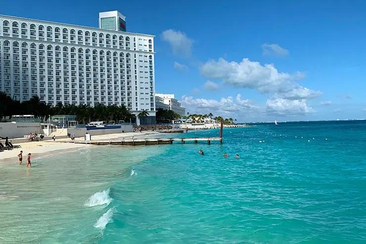 Quanto custa viajar pra Cancún e Playa del Carmen: Hotel e mar azul claro na playa Caracol (Foto: Esse Mundo é Nosso)