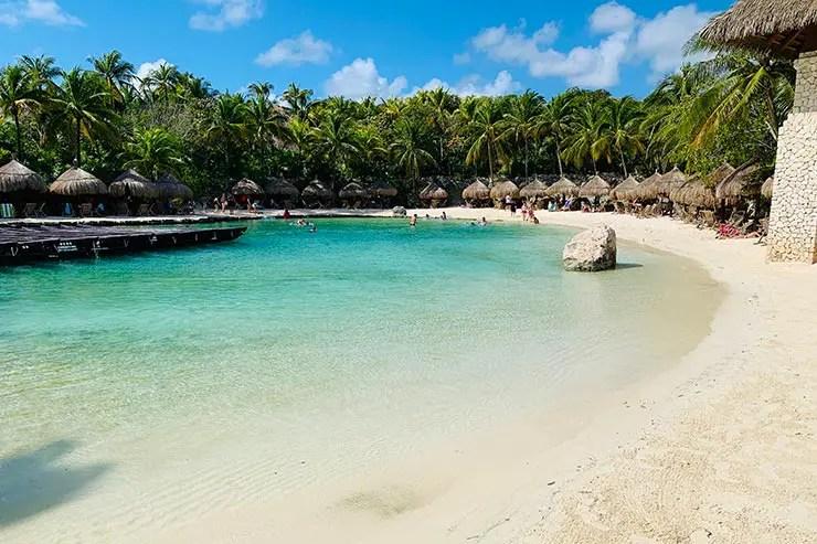 Praia com mar clarinho no Xcaret Park (Foto: Esse Mundo é Nosso)