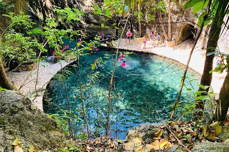 Pessoas nadando em rio subterrâneo no Xcaret Park, em Cancún (Foto: Esse Mundo é Nosso)