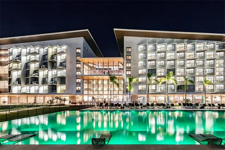 Prédio do Novotel Itu Golf e Resort à noite (Foto: Reprodução/Booking)
