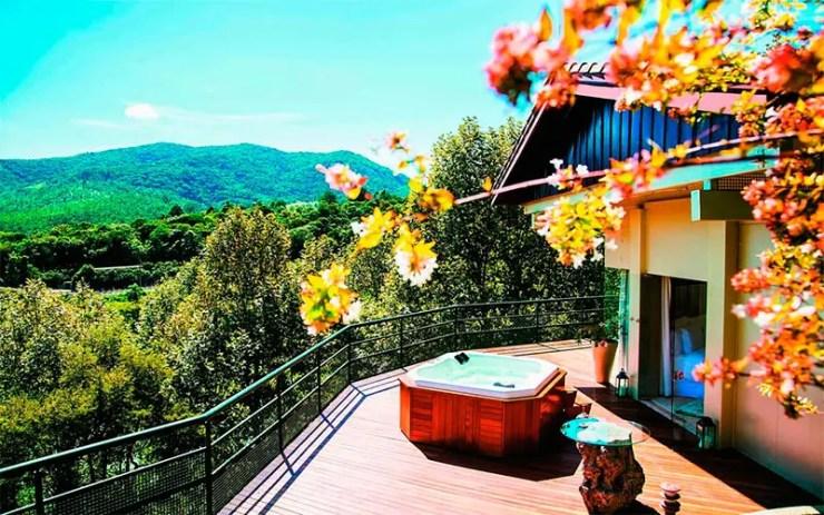 Hotéis fazenda em São Paulo:  Vista da banheira do Unique Garden em Mairiporã (Foto: Reprodução/Booking)