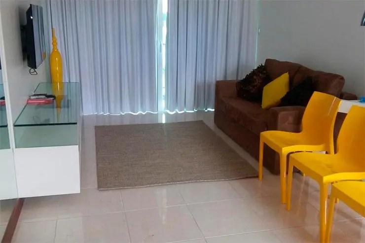 Sala de um apartamento no Club Meridional na Praia dos Carneiros (Foto: Reprodução/Booking)