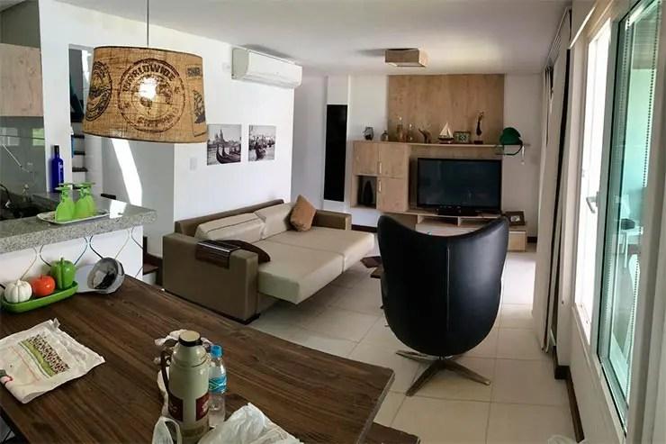 Sala de apartamento no empreendimento na Praia dos Carneiros (Foto: Reprodução/Booking)