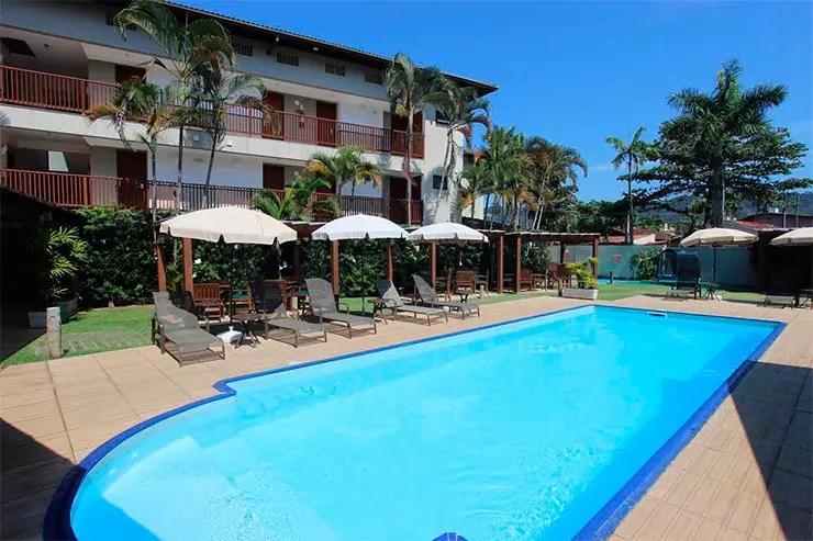 Piscina e área externa do hotel Ilha do Caribe (Foto: Reprodução/Booking)