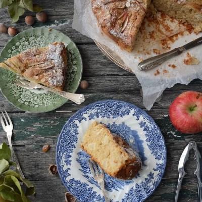Torta d'avena integrale con mele e nocciole