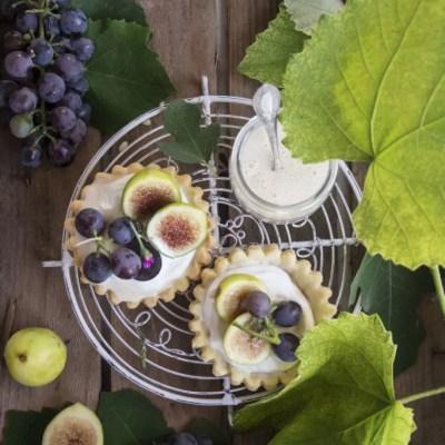 Tartellete con crema di yogurt, uva e fichi