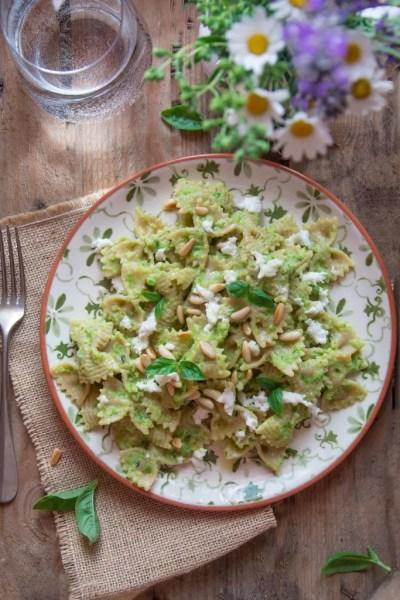 Farfalle integrali con crema di zucchine e basilico