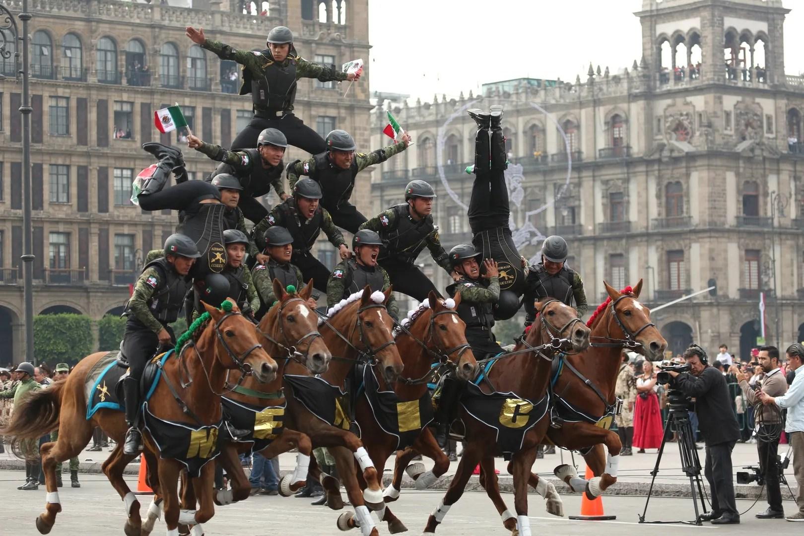 Cuerpo de acrobacia en el desfile del 20 de noviembre