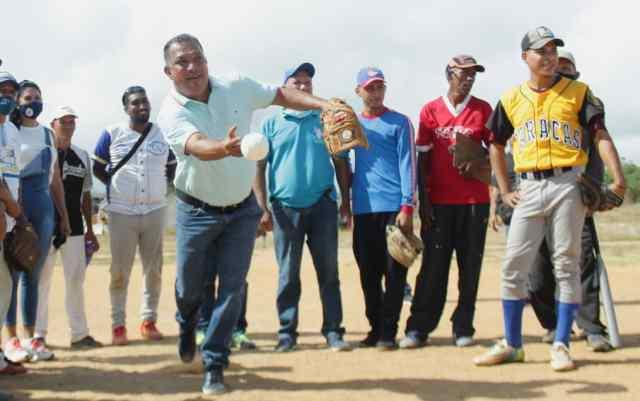 Un juego de bases y pelotas fueron entregados en Campomar