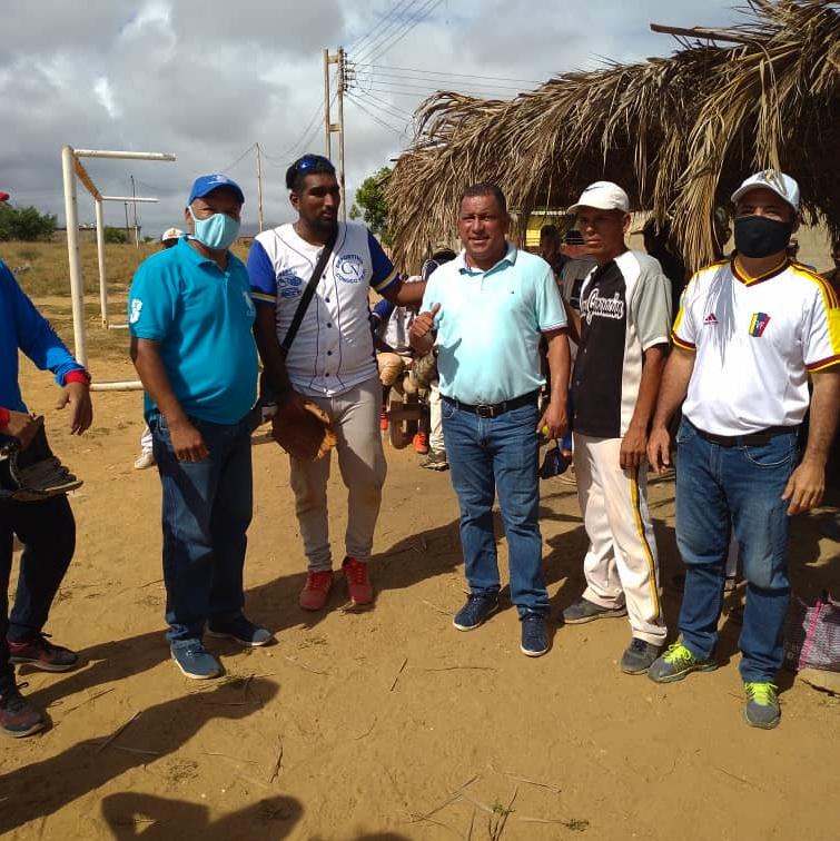 El gobernador Alfredo Díaz compartió con los equipos en el cuadrangular de softbol en Campomar