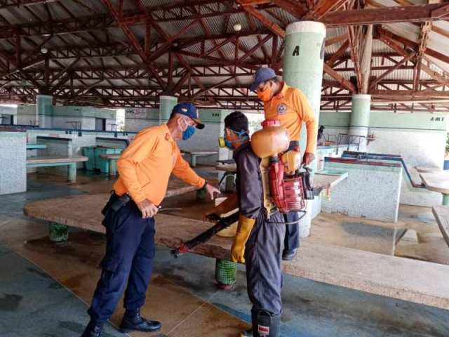 Protección Civil Nueva Esparta en plena desinfección del mercado municipal de Los Cocos
