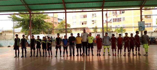 Los dos equipos, Ciervo de Lau y Coconut, listos para iniciar el partido