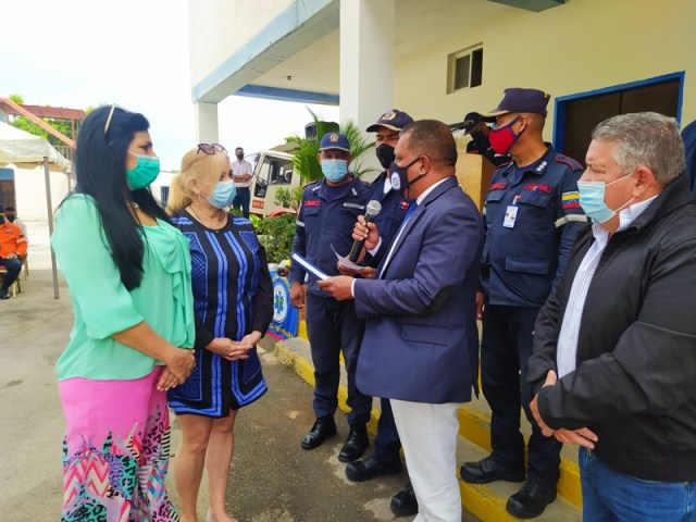 El gobernador Alfredo Díaz entregó tensiómetros y estetoscopios al Cuerpo de Bomberos