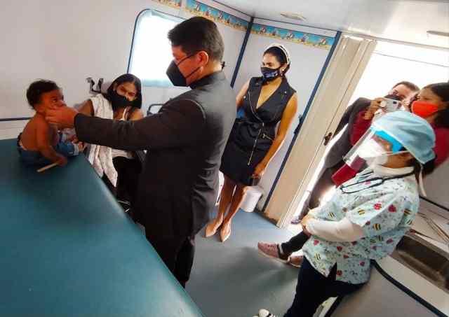 Durante el recorrido por la sede de la Funsone, monseñor Jylman Red Jurado impartió bendiciones a los pacientes