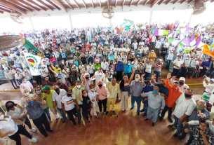 El gobernador del estado y la primera dama acompañados de las fuerzas democraticas y el pueblo maneirense