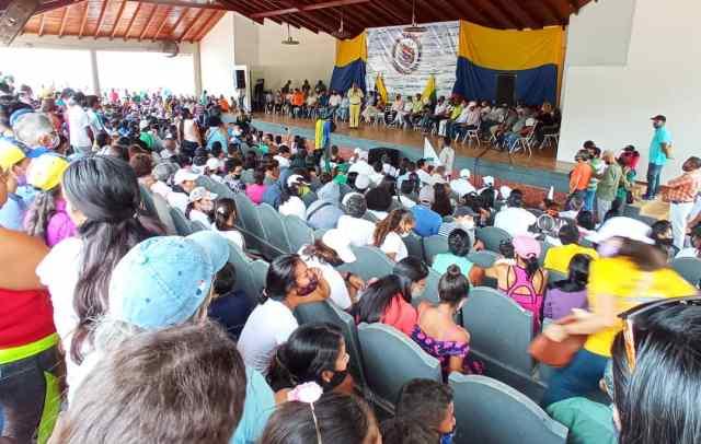 El pueblo de Maneiro escuchó atento la presentación de la gestión 2020 por parte del gobernador Alfredo Díaz