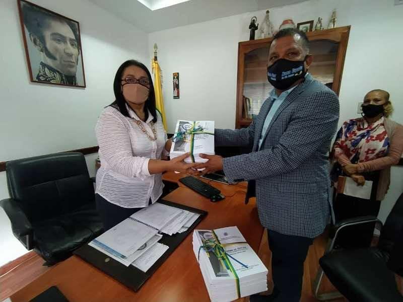 El gobernador Alfredo Díaz entregó el informe de gestión 2020 a la contralora general Betys Luna