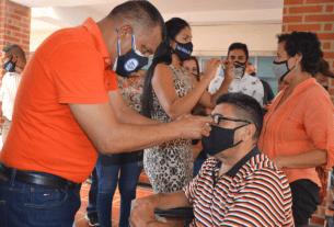 El gobernador Alfredo Díaz hace entrega de lentes de lectura en el programa social Visión Saludable