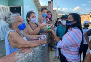 La primera dama Leynys Malavé de Díaz, entrega tapabocas y kits de limpieza en las barriadas de Margarita