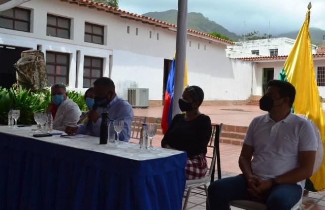 El gobernador Alfredo Díaz acompañado por su tren ejecutivo en el conversatorio por el Día del Periodista.