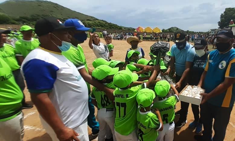 """La comunidad de Manzanillo vivió una gran fiesta deportiva con el inicio formal de actividades de la Escuela de Beisbol Menor Jesús """"Chiquito"""" Quijada."""