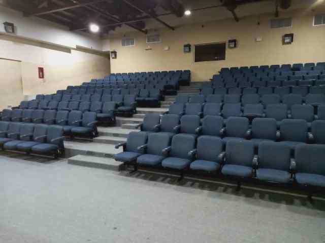 La sala está preparada para recibir a la familia neoespartana para disfrutar de cine y teatro.