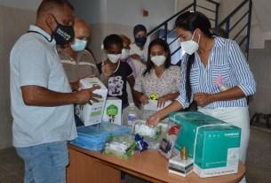 El gobernador Alfredo Díaz y Leynys Malavé de Díaz, primera dama, entregando material y equipos en centros de salud de la entidad.